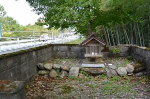 大宮郵便局(国道42号沿い)付近の小祠
