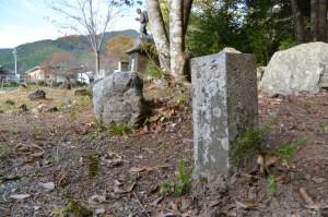 滝原小学校跡にある元神宮寺、野後小学校跡の標石