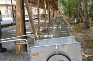遷御の儀の奉拝席の後片付けが進められる雨儀廊付近(瀧原宮)