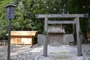 造替された御船倉とこれから遷宮諸祭儀が斎行される若宮神社(瀧原宮所管社)