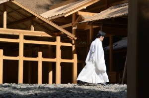 若宮神社へ向かう神職
