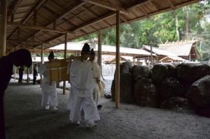 遷宮諸祭儀のために運ばれる辛櫃(長由介神社(川島神社を同座))