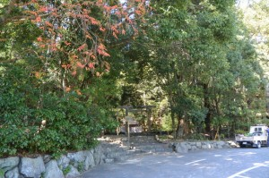 宇治橋前のタクシー待機場所から望む饗土橋姫神社