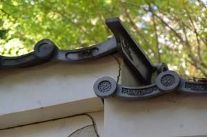 大水神社(川相神社、熊淵神社を同座)前から望む旧林崎文庫の正直瓦