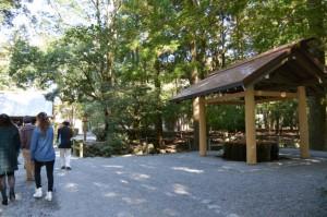 造替された御池付近の手水舎(内宮)