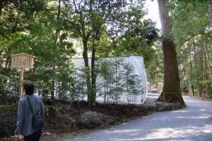 解体作業のため工事用の囲いが設置された古殿地(瀧原宮)