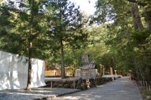 古殿地に建つ長由介神社(川島神社を同座)