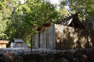 古殿地に建つ若宮神社、長由介神社(川島神社を同座)