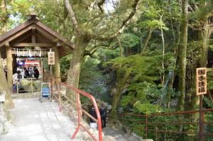 頭之宮四方神社の手水舎と御手洗場(唐子川)への階段