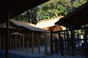 遷御の儀に向けて設営された雨儀廊から望む新宮(伊雜宮)