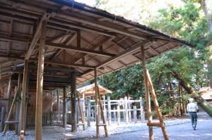 遷御の儀に向けて設営された雨儀廊から望む現在の宮(伊雜宮)