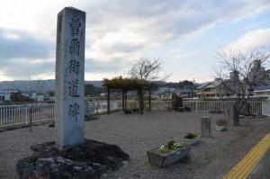 積田神社前、道路の反対側に建つ「曽爾街道碑」(名張市夏見)