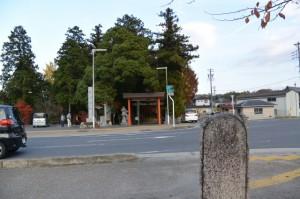 道路の反対側に建つ「曽爾街道碑」付近から望む積田神社(名張市夏見)