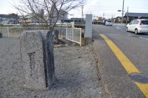 積田神社前、道路の反対側に建つ旧夏見橋の親柱(名張市夏見)