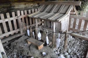 下久具の大岩下に祭られている祠