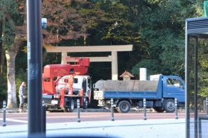 表参道の鳥居をくぐる高所作業車(倭姫宮)