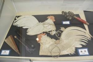 神楽の道具(檜扇、鈴、鳥兜)(志摩市歴史民俗資料館)