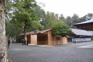 大庭に臨時で設営された神酒授与所と神札授与所(外宮)