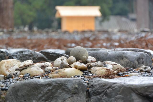 元の位置へ戻ったお気に入りの丸い石(豊受大神宮の古殿地)