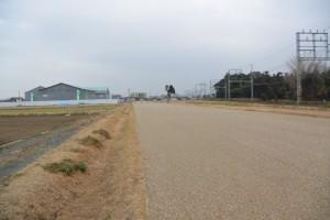 復元された区画道路(幅12m)から望む斎宮復元建物工事現場と近鉄山田線