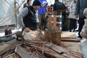 檜皮作り作業の実演(斎宮復元建物工事見学会)