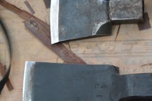 檜皮作り作業の実演、専用の道具(斎宮復元建物工事見学会)