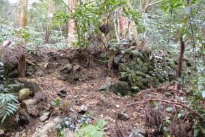 崩れている石積み(氷室洞くつ付近)