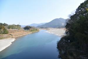 久具都比売橋(宮川)から望む湧水池「姫の鬢水入れ」