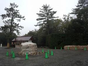 表参道口に準備された大篝火「どんど火」(外宮)