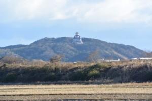 五十鈴川左岸付近から望む伊勢安土桃山文化村の安土城天主閣