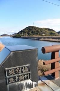 堀割橋(五十鈴川)から望む鏡宮神社の社叢方向