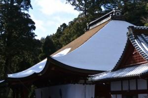 檜皮葺きの屋根に雪が残る本堂(金剛證寺)