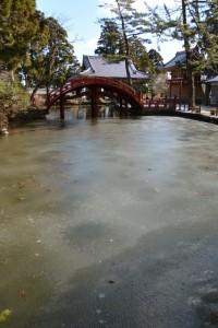 凍った連間の池と連珠橋(金剛證寺)
