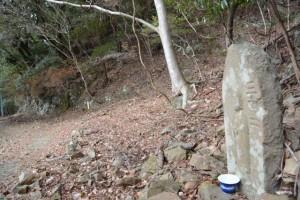 新たに立てられた「三十二町」道標付近の町石(宇治岳道)