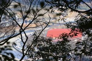 五本松神社との分岐付近から望む五十鈴川と三重県営総合競技場体育館の屋根