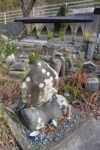 玄忠寺の月池碑(伊勢市二俣)