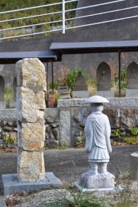 玄忠寺弘法大師の石柱と石像(伊勢市二俣)