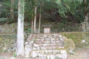 並大神社付近の石垣と祠(?)(大紀町崎)