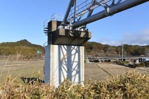 五十鈴川に架かる水管橋(伊勢二見鳥羽ライン付近)