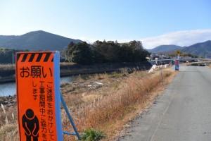 五十鈴川左岸から望む櫲樟尾神社および大土御祖神社ほかの社叢