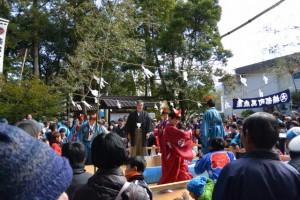 例大祭 餅まき(櫲樟尾神社)