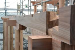 正殿での木工事作業(斎宮復元建築工事見学会)