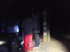 合格神社の参道入口付近(宇治の青年団宇治青年団による寒参り(稲荷講))
