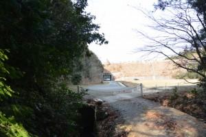 山田寺から伊勢自動車道の先、直進方向の林道入口にて