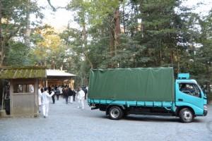 土宮にて遷宮諸祭儀、大御饌が終了した後に登場した神宮司廳のトラック