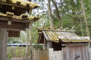 御酒殿の屋根と由貴御倉(2014年12月28日時点)