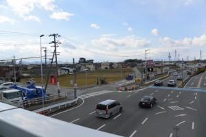 国道23号 高向交差点の歩道橋より望む宇須乃野神社の社叢および高向大社の社叢