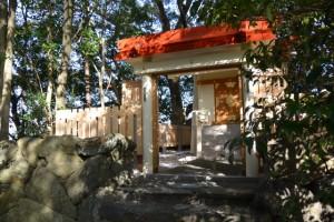 お白石の奉献を待つ栄通神社(伊勢市通町)