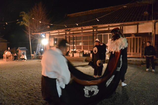 海蔵寺の境内での獅子舞(下久具の御頭神事)