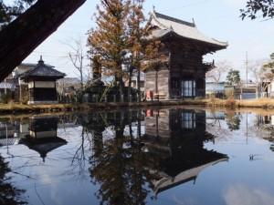 丹生神社の参道から望む池に映る・・・(多気町丹生)